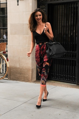 top milf amazing black tank top miranda kerr black heels black purse skirt floral pants victoria's secret pants pattern high waisted pants shirt floral red black three quarter length pants harem pants