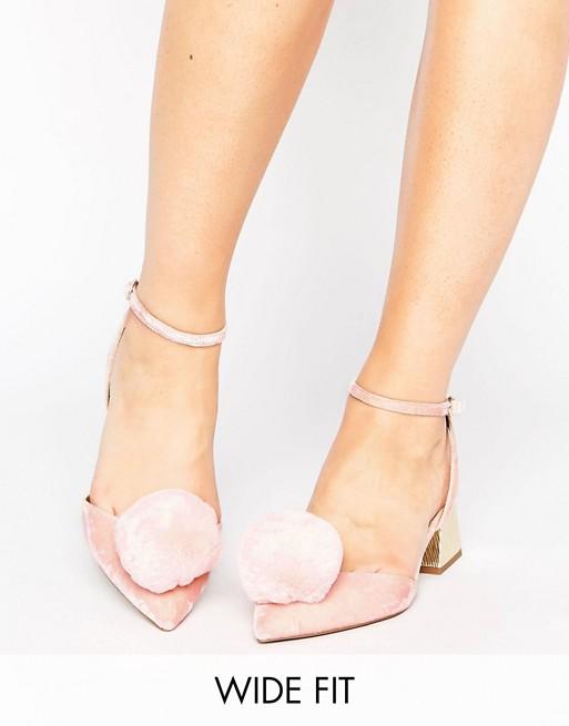 Zapatos de tacón medio con diseño de ancho especial y pompones SAUCY de ASOS at asos.com