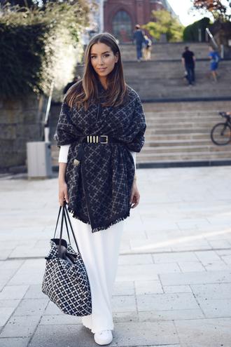 scarf black pattern scarf white jeans black belt black bag white sneakers blogger