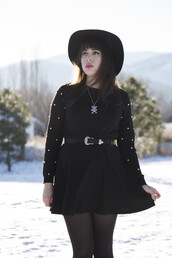 ravishingly,blogger,jewels,belt,black dress,hat,bear,curvy dress,curvy