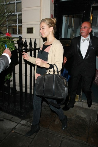sienna miller black bag pink t-shirt