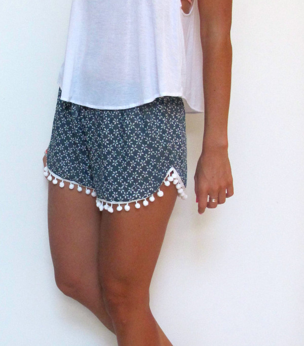 shorts pom pom shorts white top printed shorts outfit