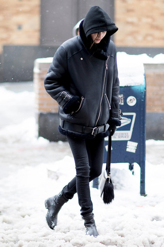 jacket tumblr nyfw 2017 fashion week 2017 fashion week streetstyle leather jacket black leather jacket shearling jacket black shearling jacket denim jeans black jeans skinny jeans black skinny jeans boots black boots flat boots bag black bag all black everything