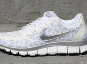 shoes,running sneakers,nike sneakers,sneakers,leopard print,white,grey,light gray,light grey,nike,sportswear,running