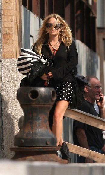 mary kate olsen skirt shoes blouse boots bag