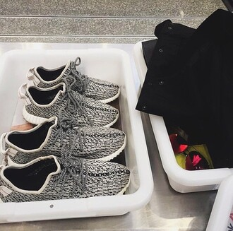 shoes athletic workout shoes roshe runs grey black shoes kylie jenner