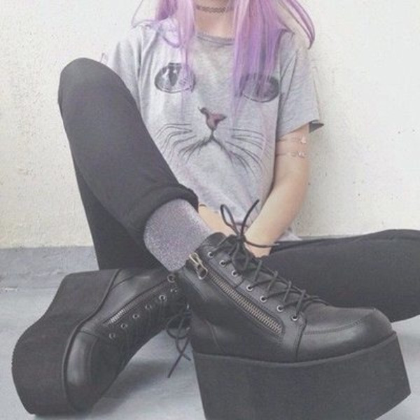 grey top graphic tee skinny jeans black boots ankle boots
