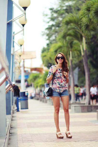 preppy fashionist blogger denim shorts floral shirt