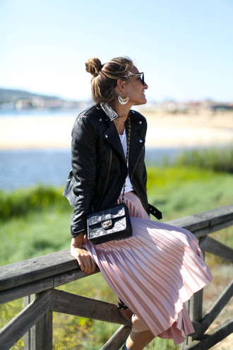 jacket tumblr black jacket leather jacket black leather jacket skirt midi skirt pleated pleated skirt metallic pleated skirt bag black bag earrings t-shirt