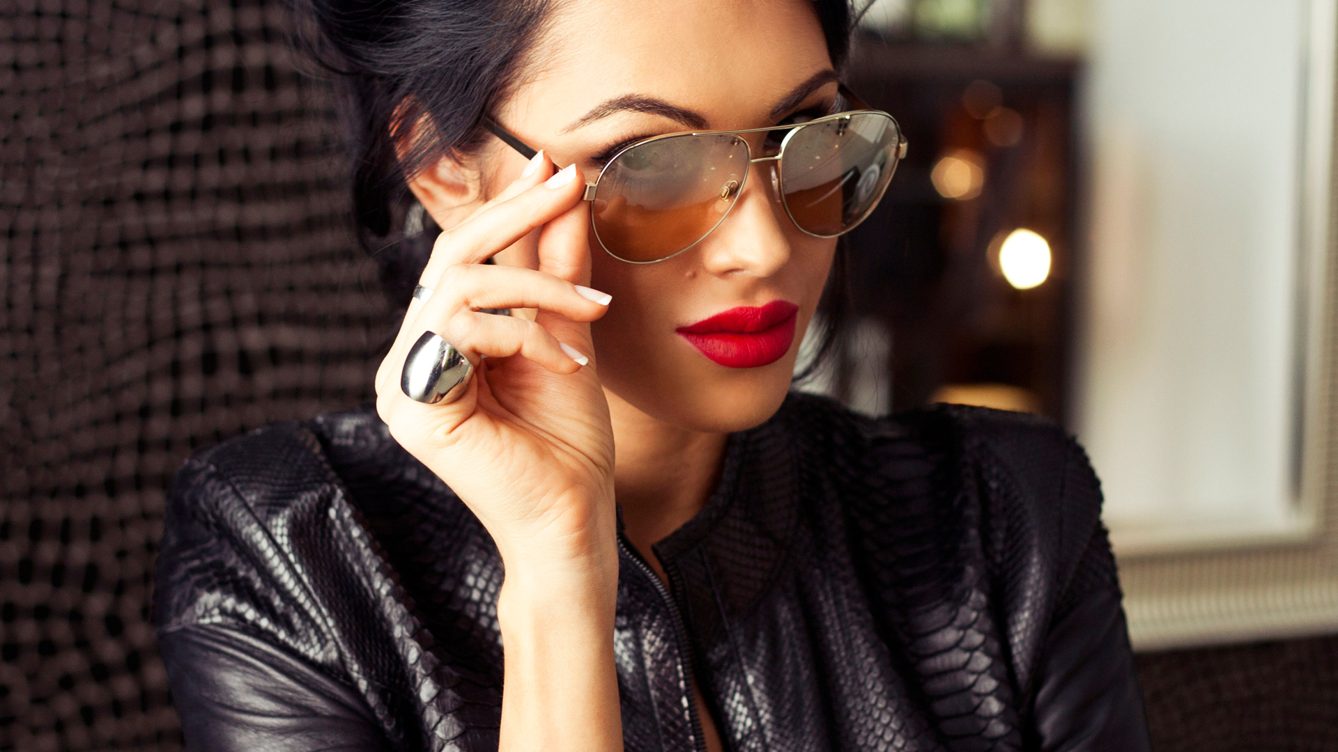 Фото красивой брюнетки в очках 15 фотография