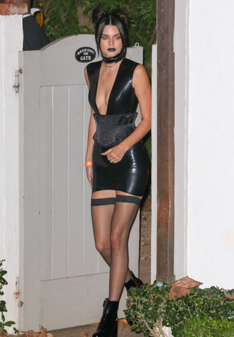dress halloween halloween costume black dress bodycon dress belt boots kendall jenner choker necklace all black everything grunge halloween accessory halloween makeup kardashians tights mini dress jewels black choker keeping up with the kardashians model model off-duty