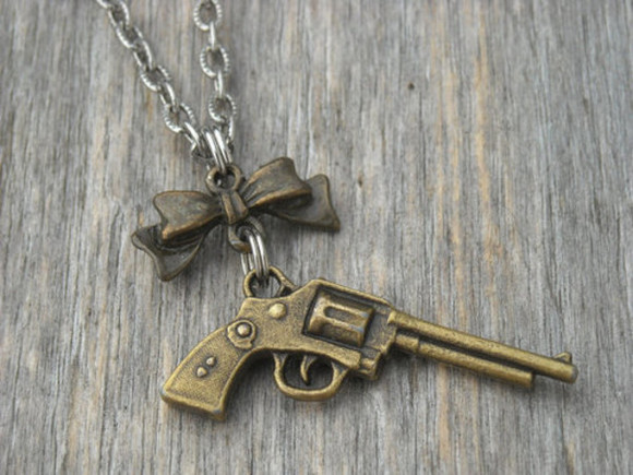 guns and roses jewels necklace