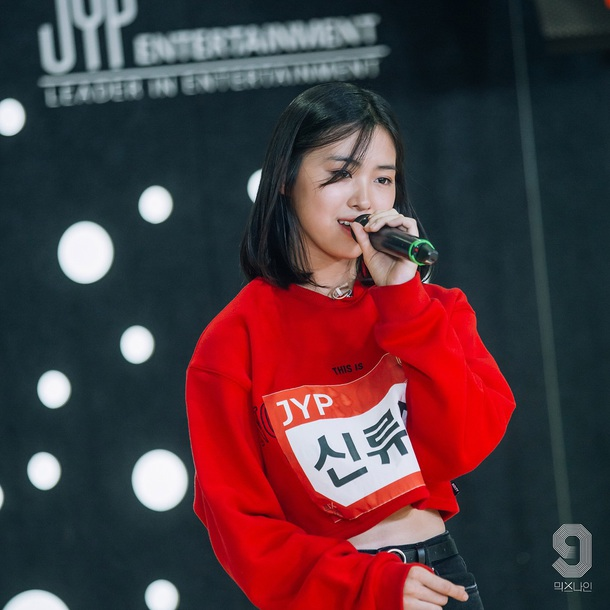 sweater red black red and black black sign kpop K-pop jyp sweatshirt red sweatshirt red sweater girl ootd outfit