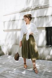 shirt,tie shirt,white shirt,skit,green skirt,bag,shoes