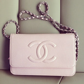 bag,purse,light pink,light pink purse,chanel,chain bag,pink,dusty pink,cute,chanel black bag