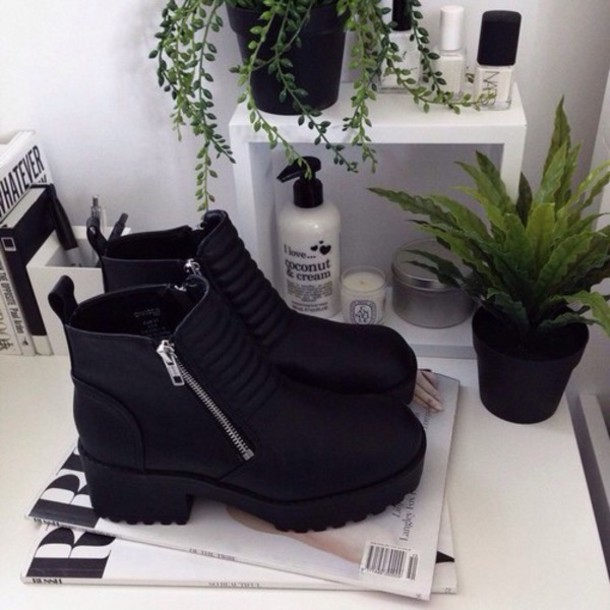 shoes goth goth emo black boot black boots cyber-goth noir cuir talon mid heel boots boots ankle boots biker boots black leather boots black bag zipper boots fashion shoes leather shoes style heavy cool rad atumn low boots suede boots nice really nice shoes trendy love zip cute