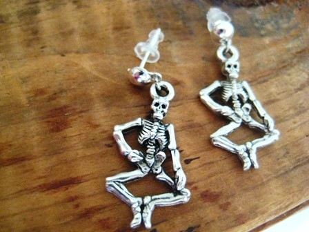 Gothic dancing skeleton earrings par belluga sur etsy