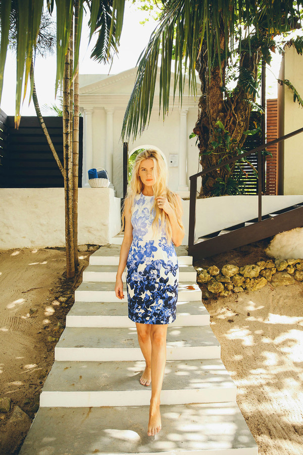 barefoot blonde blogger shift dress floral dress dress make-up