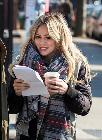 scarf fall outfits streetstyle hilary duff