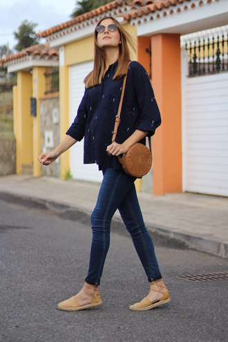 marilyn'scloset blogger shirt jeans bag shoes sunglasses summer outfits round bag espadrilles spring outfits blue shirt skinny jeans