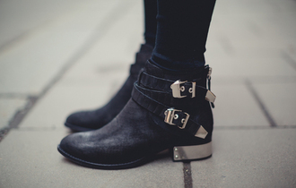 shoes black boots gold black ankle boots silver heels leather metal clip metal heel silver black boots winter outfits winter boots leather boots black and gold booties cute classy rock little black boots edgy ankle boots belt short