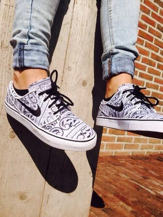 shoes nike sneakers pattern black white blouse nike stefan janoski skater sneakers nike sneakers skateboard black white cute black and white gray bandana print janoskis janoski