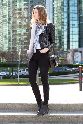 styling my life blogger leather jacket shoulder bag printed scarf black jeans ankle boots