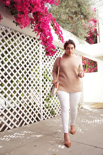 nadia aboulhosn curvy blogger plus size jeans plus size white jeans sweater beige sweater pumps pointed toe pumps high heel pumps jeans