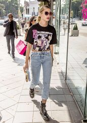 top,ankle boots,hailey baldwin,streetstyle,t-shirt,model off-duty,sunglasses
