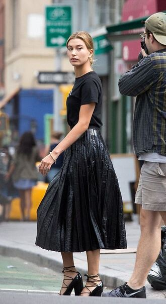 midi skirt hailey baldwin pumps t-shirt all black everything black skirt black t-shirt metallic metallic pleated skirt