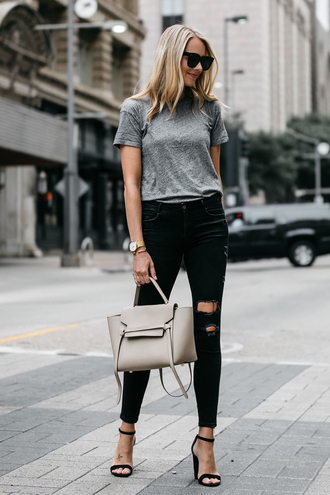 t-shirt skinny jeans distressed denim jeans sandals blogger tote bag blogger style