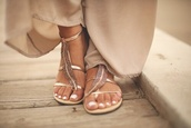 shoes,gold,plume,toes out,nail polish,nails,classy,hippie,cool girl style,elegant,gold flat sandals,Gold low heel sandals,leaves,sandals,girl,fashion,style,flat sandals,beach shoes