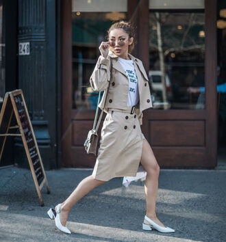 coat white t-shirt cropped trench coat trench coat skirt white pumps white shoes bag sunglasses