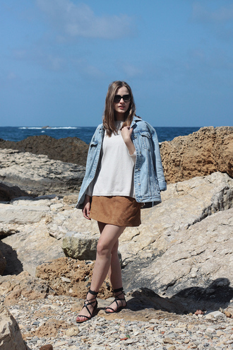 so in carmel blogger suede skirt denim jacket white t-shirt leather sandals flat sandals