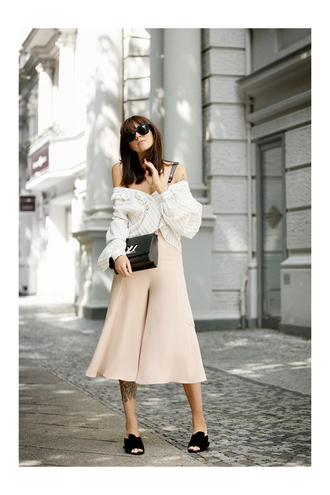 wie-hund-und-katze blogger blouse pants shoes jewels bag culottes louis vuitton bag mules summer outfits