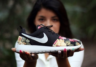 black shoes nike roshe run supremo floral