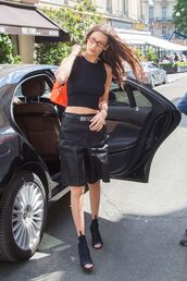 shorts,all black everything,bella hadid,model off-duty,crop tops,cropped,booties
