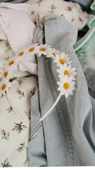 jewels headband flowers cool daisy fashion white yellow hair nice modern sunny day look hot pink and pink wrap dress w kimono sleeves w&b b&w beautiful do cutest cutest thing