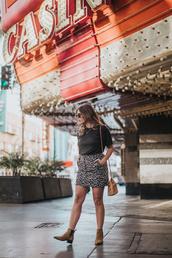 skirt,leopard print skirt,t-shirt,chelsea boots,ankle boots,mini skirt,blogger,blogger style,crossbody bag