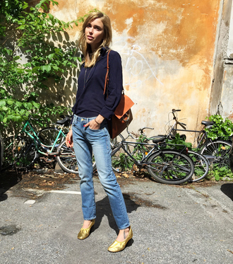 look de pernille blogger jeans gold shoes flats leather bag casual