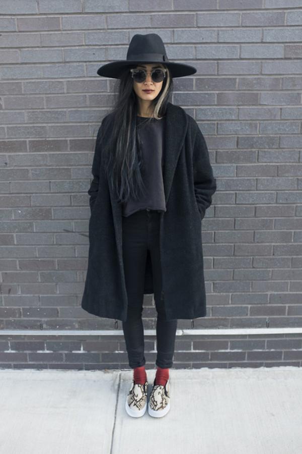 hat black hat grunge soft grunge shirt hipster panama jeans printed slippers shoes slip on shoes flats plimsolls snake skin shoes cardigan black coat wool coat black coat