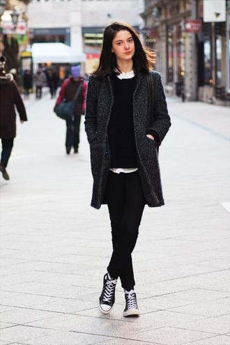 mes memos blogger coat grey coat black pants high top converse leggings pants layered converse jeggings red lime sunday