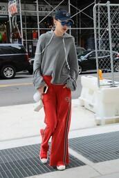 pants,sweatpants,sweatshirt,sportswear,gigi hadid,sneakers,model off-duty,streetstyle,cap,hoodie