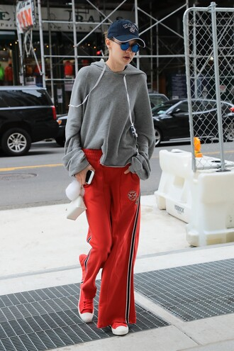 pants sweatpants sweatshirt sportswear gigi hadid sneakers model off-duty streetstyle cap hoodie