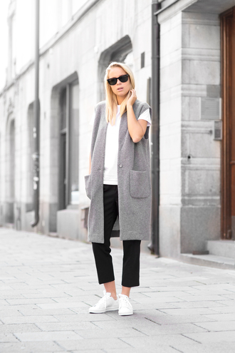 victoria tornegren blogger sleeveless coat cropped pants white sneakers