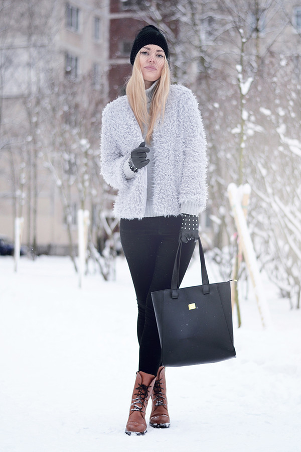ag on i ya blogger beanie fluffy grey tote bag combat boots winter outfits cardigan shoes sweater
