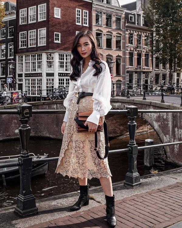 skirt lace skirt midi skirt wrap skirt black boots white shirt shoulder bag