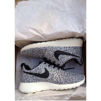 shoes black shoes white shoes black and white nike shoes nike roshe run