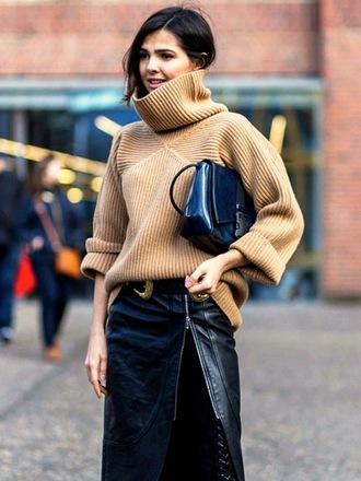 le fashion image blogger turtleneck sweater blue bag beige sweater winter outfits turtleneck zipped skirt black leather skirt oversized turtleneck sweater