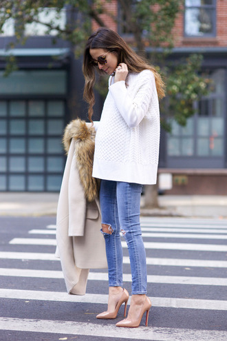 something navy blogger nude heels white sweater oversized sweater knitted sweater ripped jeans fur collar coat white oversized sweater